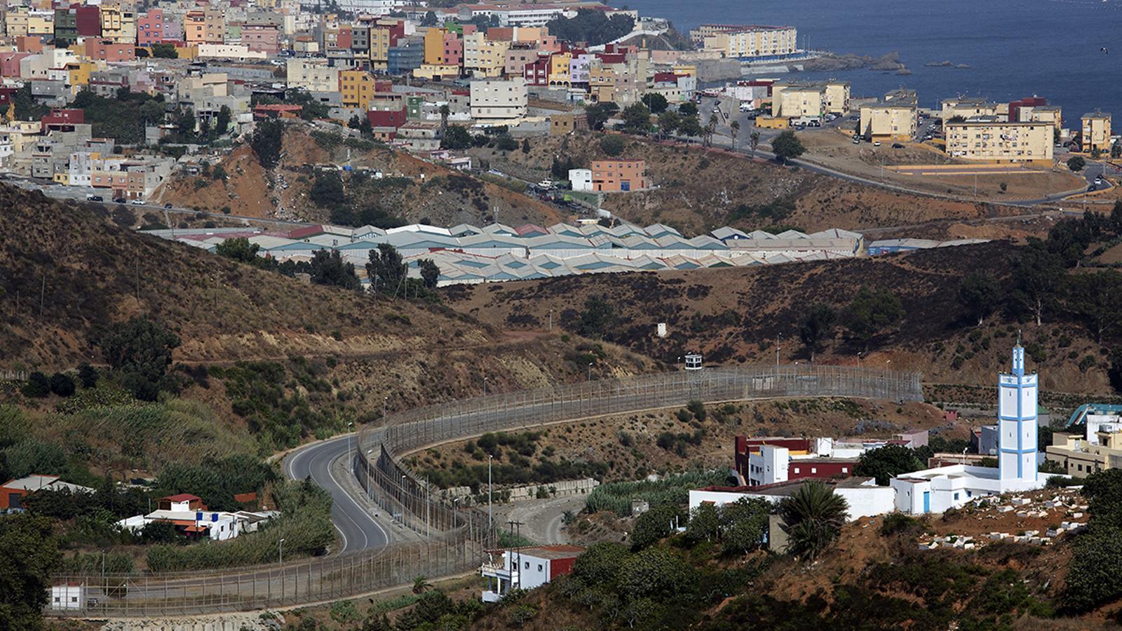 Vista de la tanca de Ceuta des del Marroc.