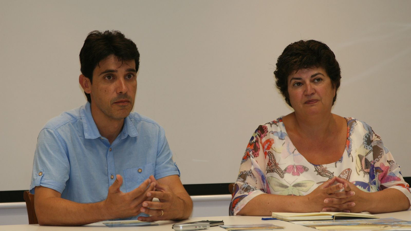 Els regidors Nadal i Truyols presentant la campanya contra el fum a les platges.