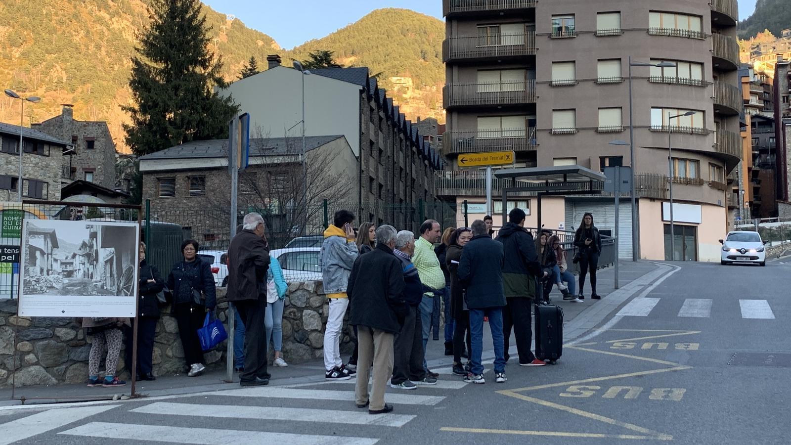 Gent esperant a una de les parades d'Encamp. / C. A. (ANA)
