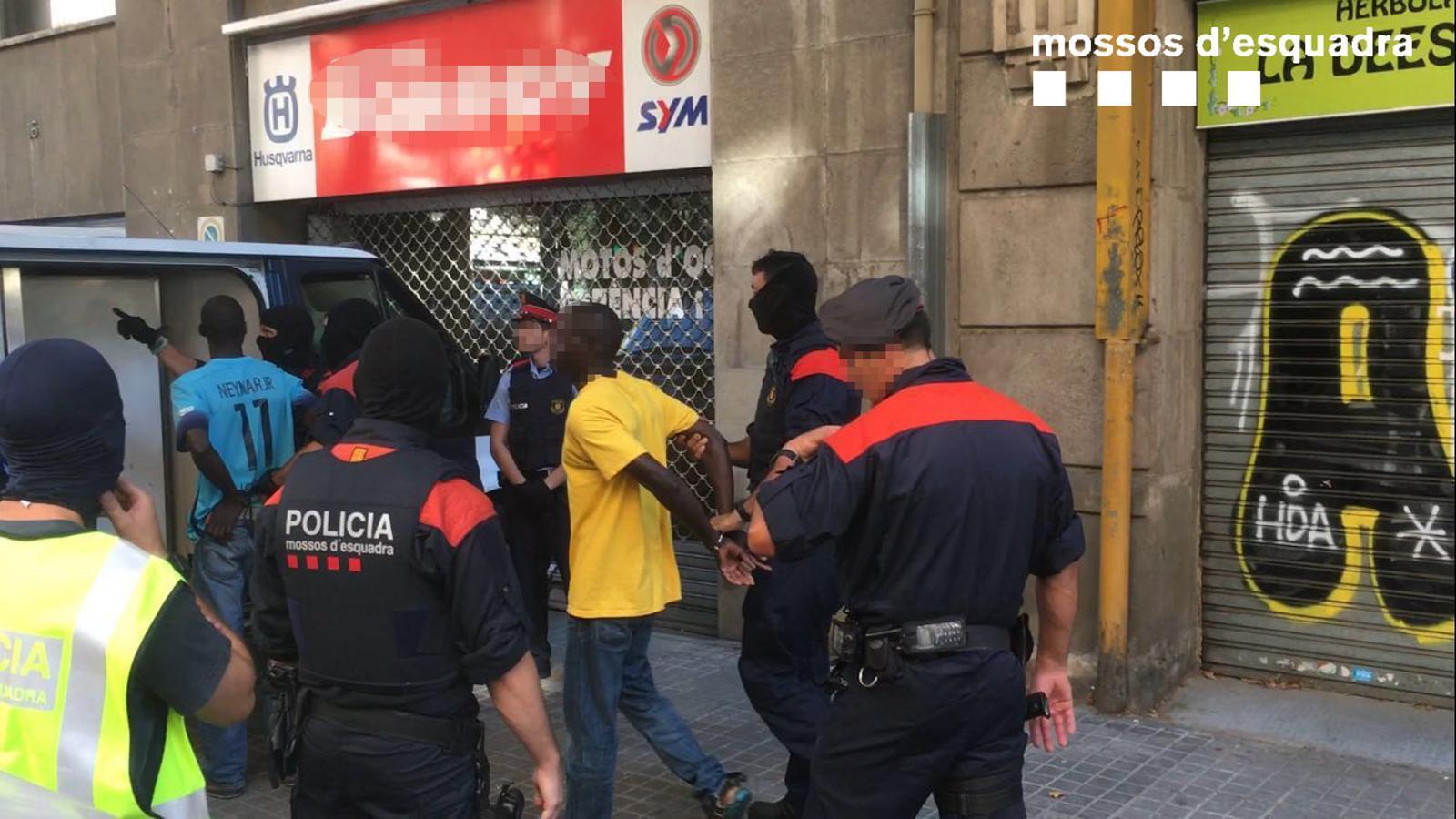 Set detinguts en un punt de distribució de productes per al 'top manta'