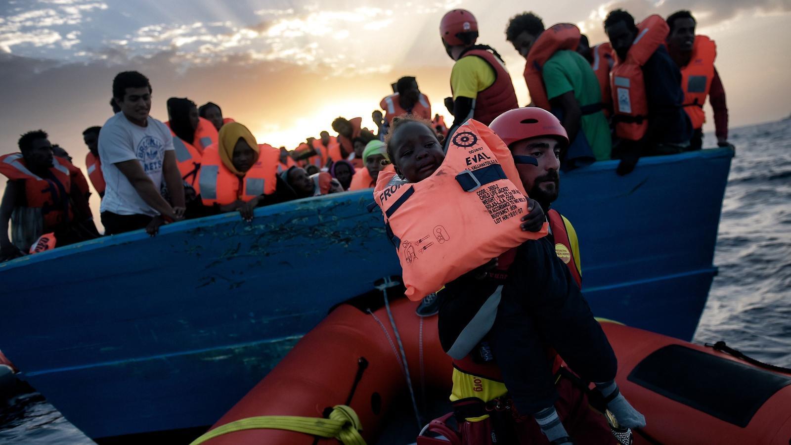 REFUGIADOS-UE II - Página 2 Voluntari-Proactiva-puja-llanxa-salvament_1662443854_34457168_651x433