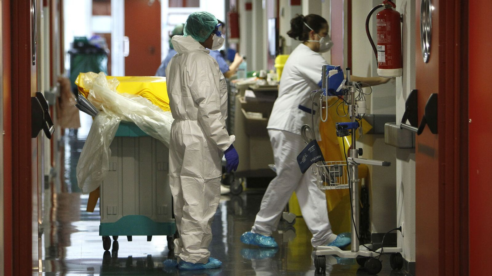 Sanitaris treballant en la planta de contagiats per covid-19 a Son Espases. / ISAAC BUJ