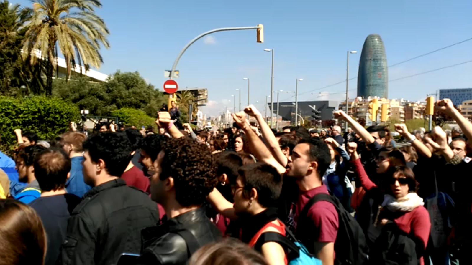 Els manifestants canten 'Els Segadors'