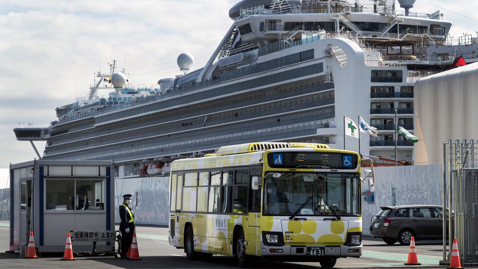 Autobús amb passatgers en la quarantena del creuer Diamond Princess
