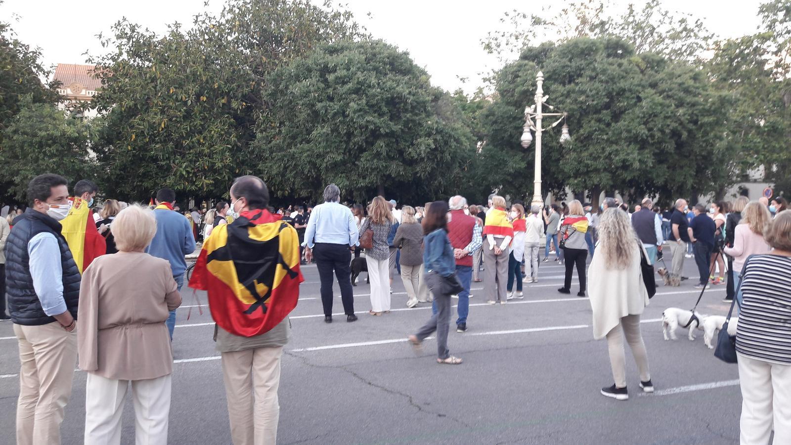 Diversos ciutadans a la protesta celebrada a València per reclamar la dimissió del president espanyol, Pedro Sánchez