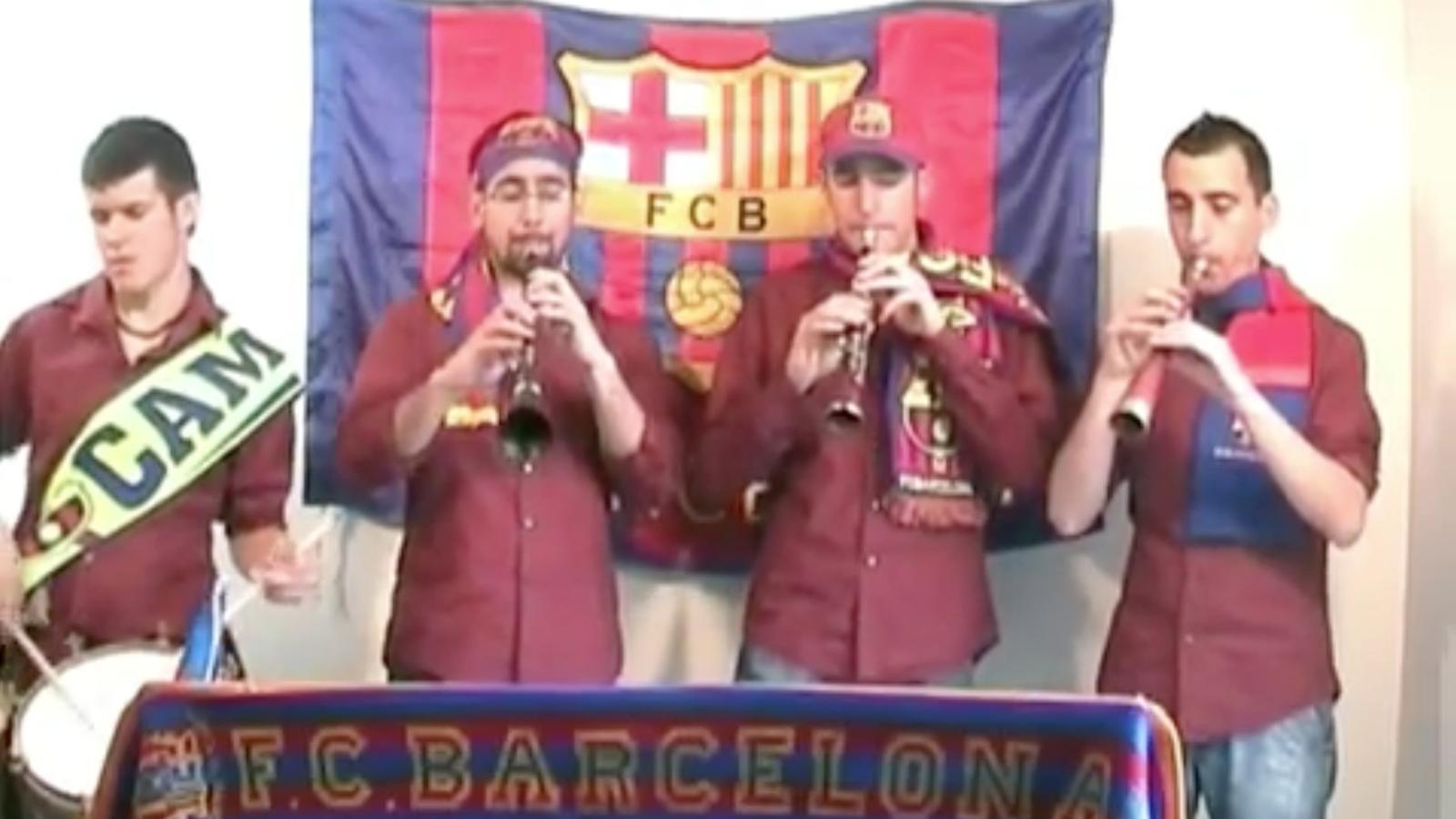 El grup de grallers Els Laietans interpreta l'himne del Barça