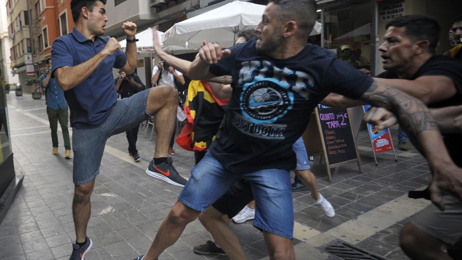 Vicente Danvila defensant-se de les agressions dels membres de les agrupacions d'extrema dreta. / DANIEL GARCÍA-SALA