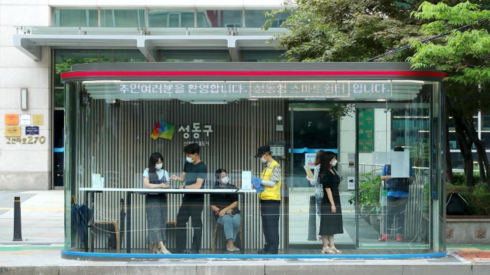 Parades de bus amb sensors de temperatura i aire net: l'últim invent de Corea del Sud per combatre el covid-19