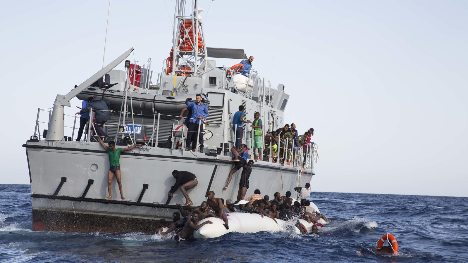 La patrullera líbia 648 atropella una pastera durant un rescat de Sea Watch.