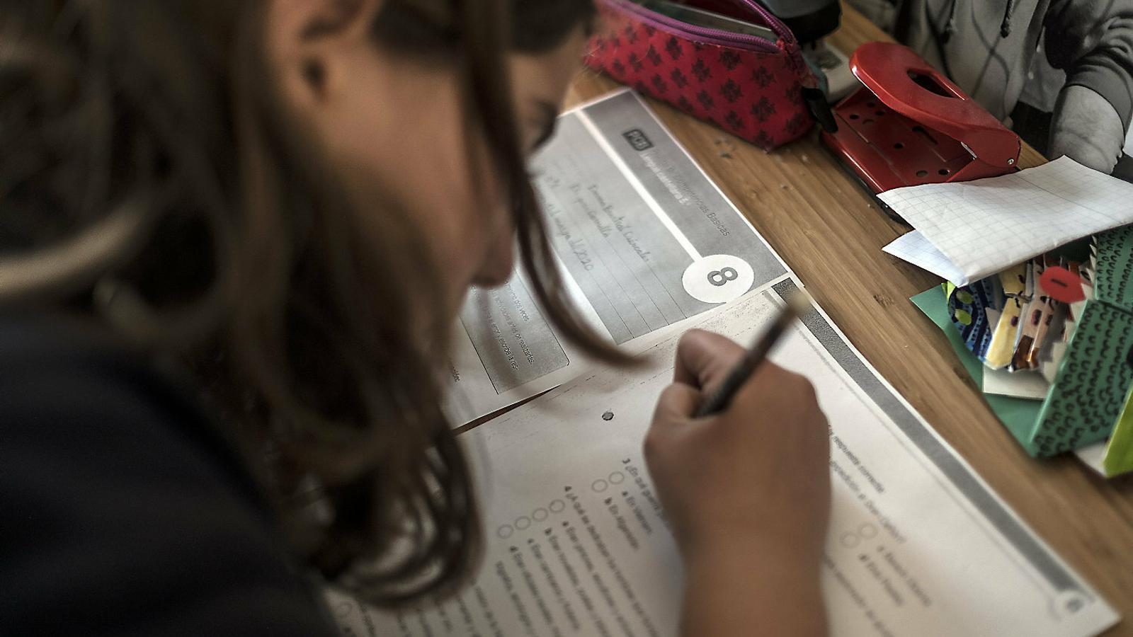 Una nena fent deures a casa després del confinament.
