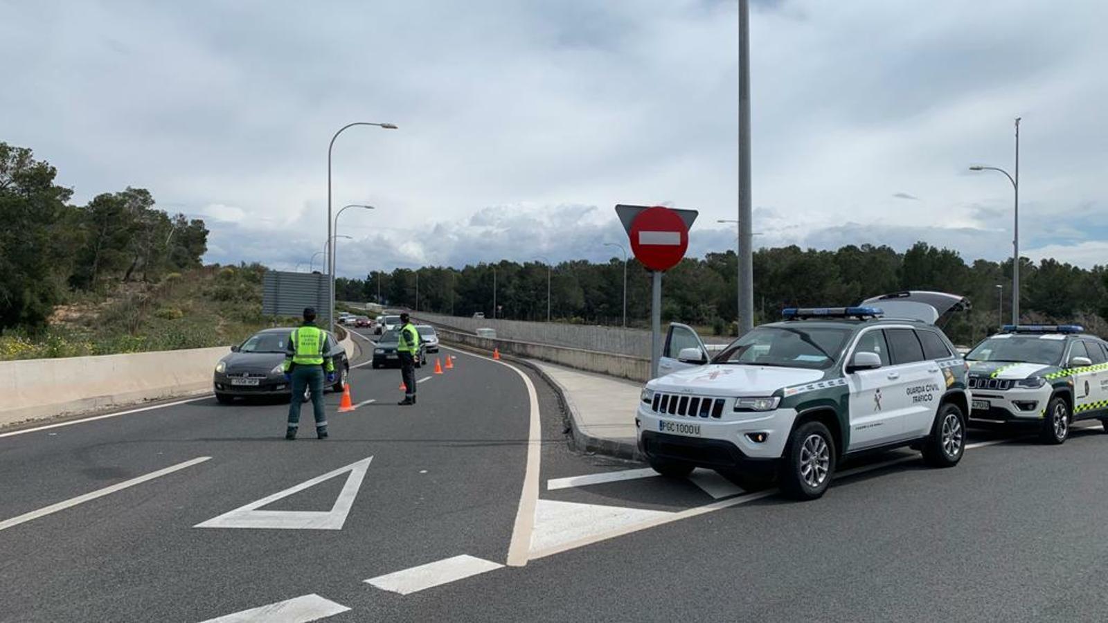 Control de trànsit de la Guàrdia Civil a la carretera de Palmanova