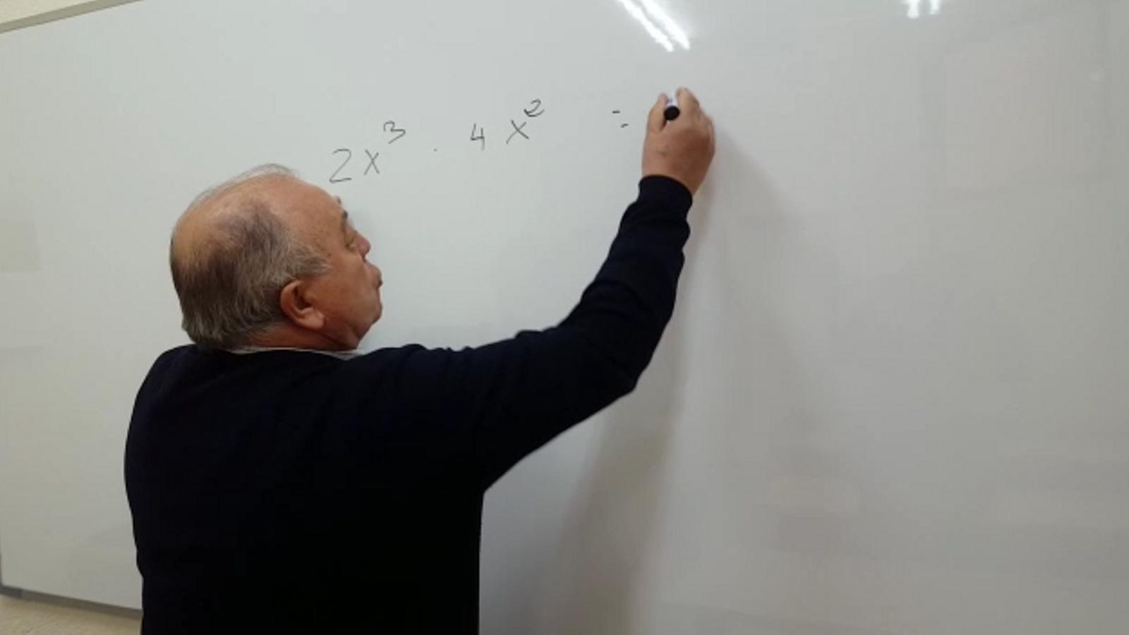 Un profesor de 70 anys que dona matemàtiques i arrasa al TikTok