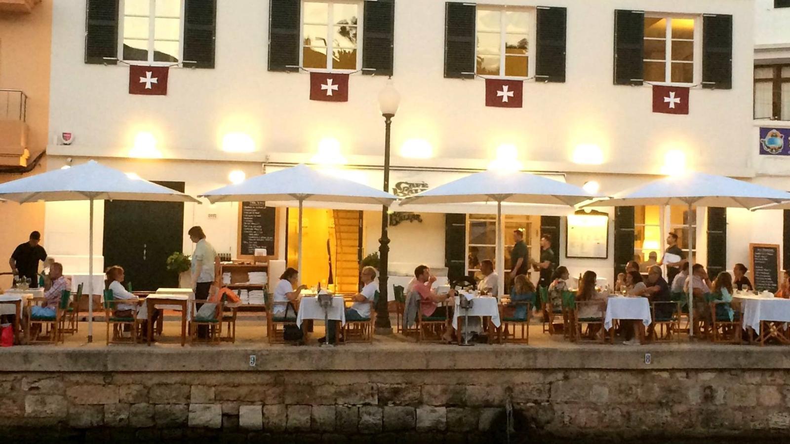 Els milers de santjoaners que arriben a Ciutadella podran degustar la gastronomia local en els diferents restaurants.