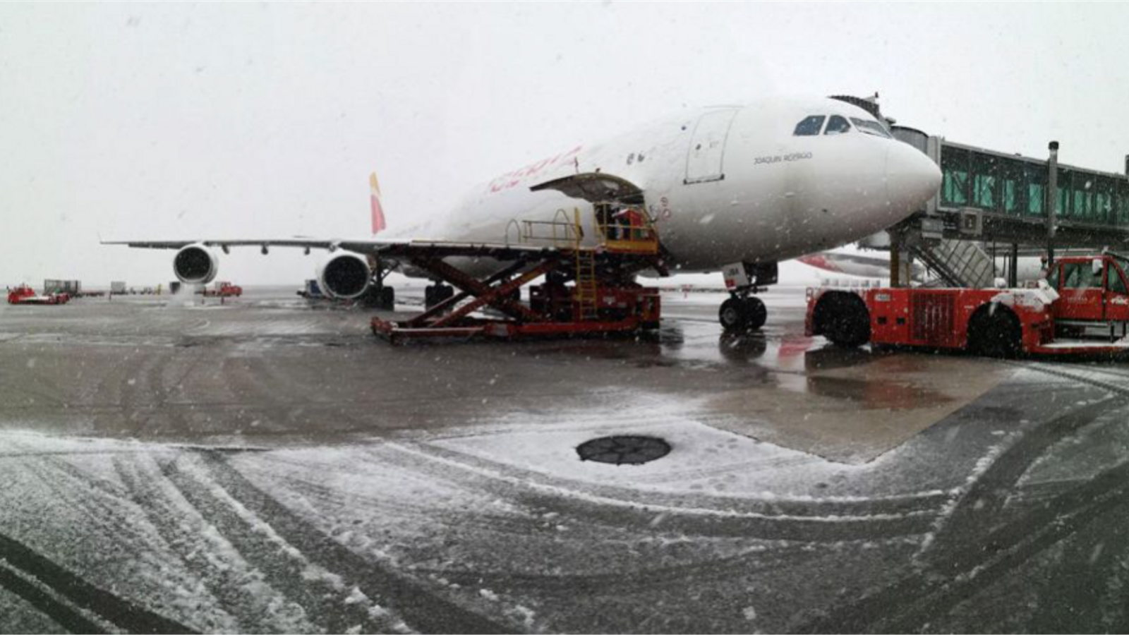 Foto d'un aeroport espanyol nevat / Efe