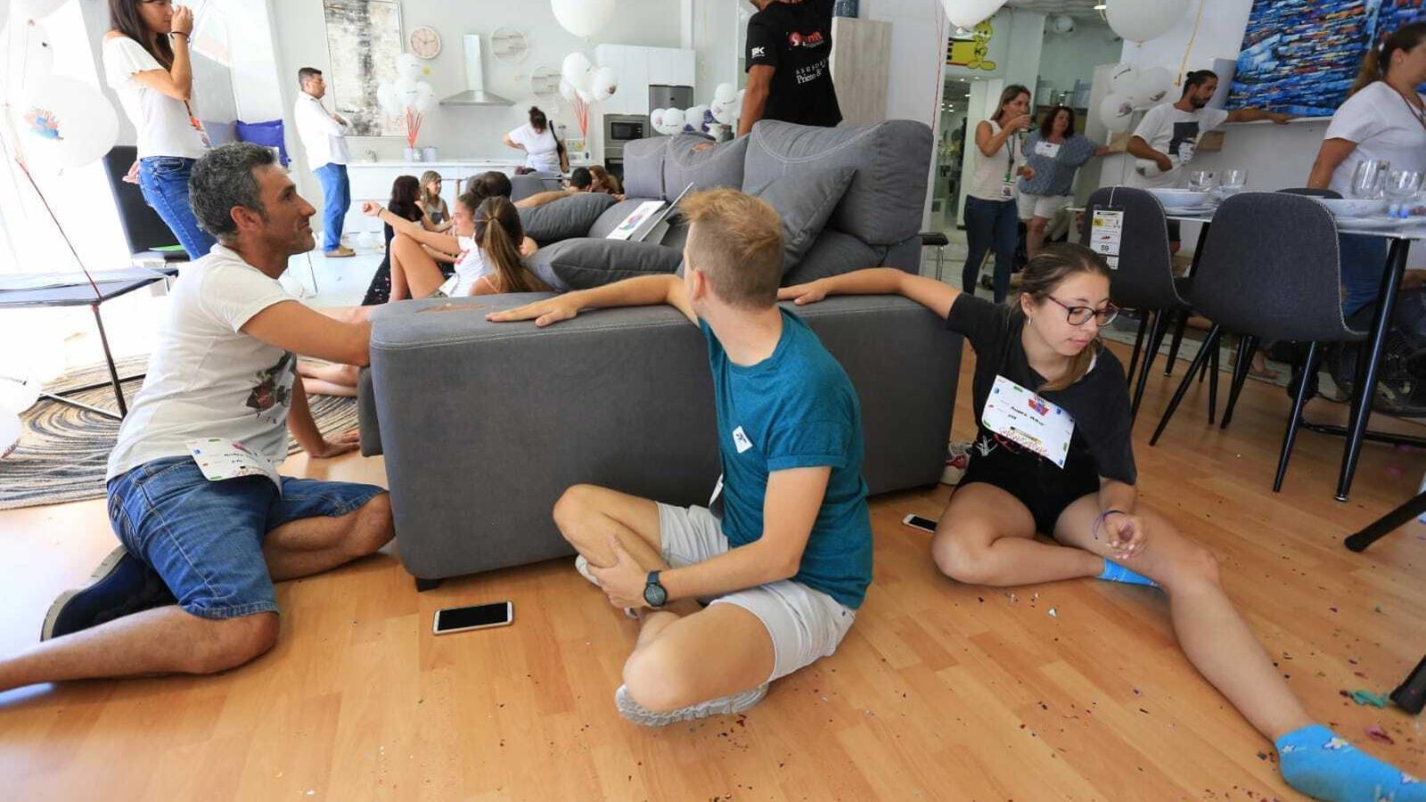 Una treintena de persones s'aferren a un moble durant tot el dia per guanyar el concurs d'una botiga