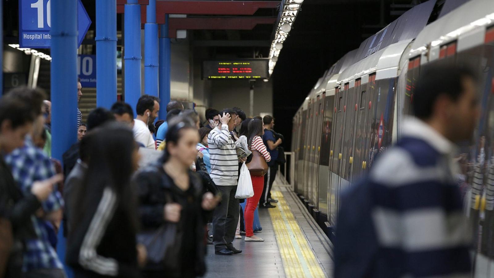 Detenen un home a Madrid per haver llançat un jove a les vies del metro. Imatge d'arxiu del metro de Madrid.