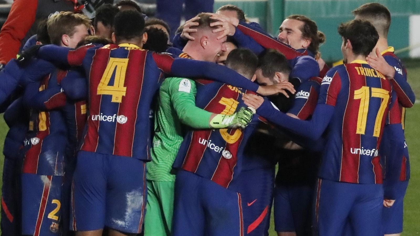 Els jugadors del Barça, felicitant Ter Stegen després de les semifinals de la Supercopa contra la Reial Societat