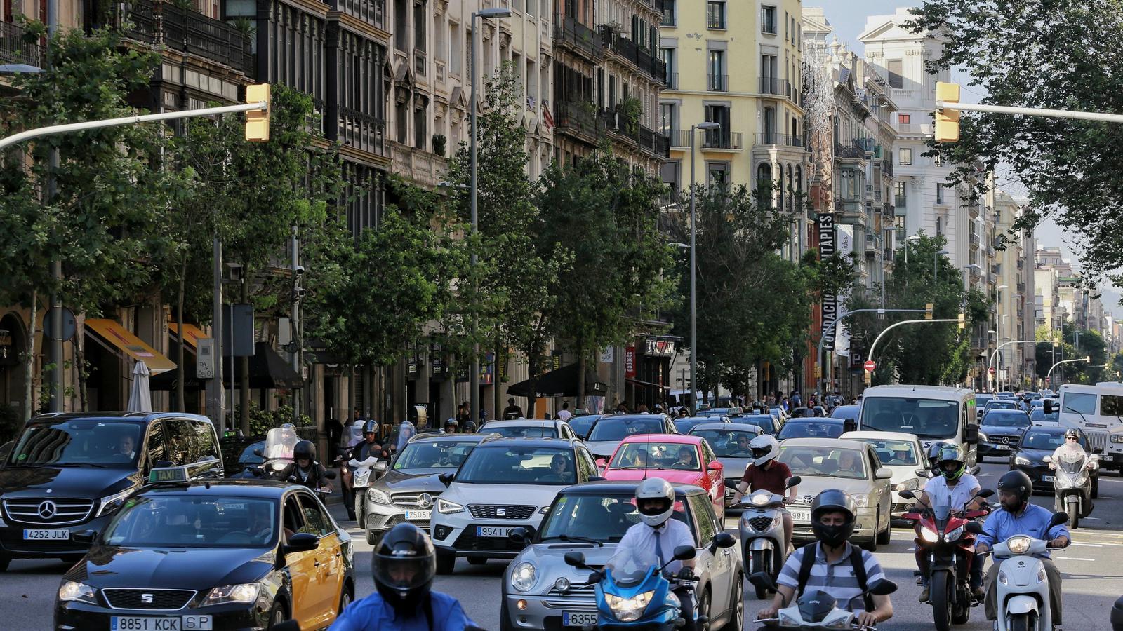 Tot el que has de saber del veto als cotxes i les motos contaminants a Barcelona