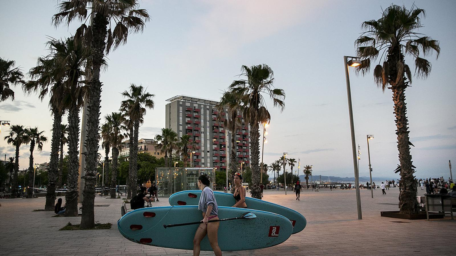 Dues noies aprofitant  Per fer esport al mar, a la platja de la Barceloneta.