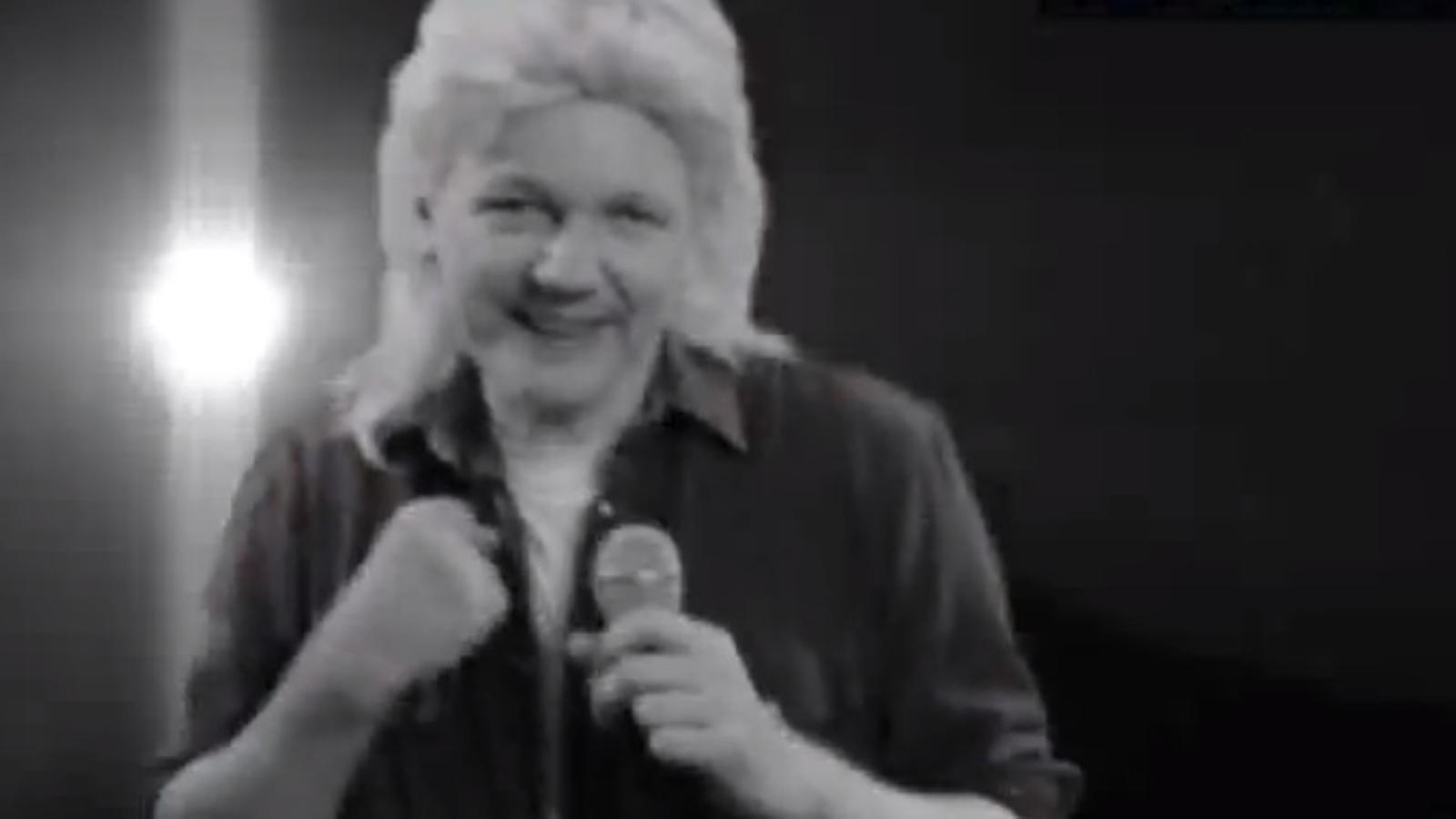 Assange, cantant i amb perruca: el fundador de Wikileaks vol ser senador a Austràlia