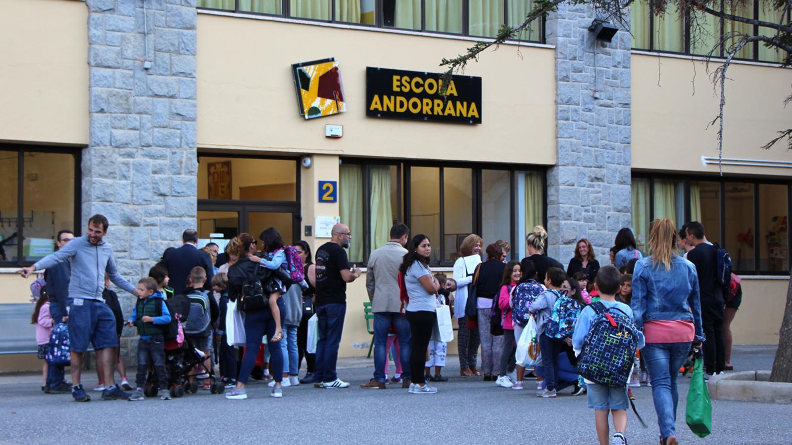 Estudiants i familiars a les portes de l'escola andorrana de Sant Julià de Lòria. / M. F. (ANA)