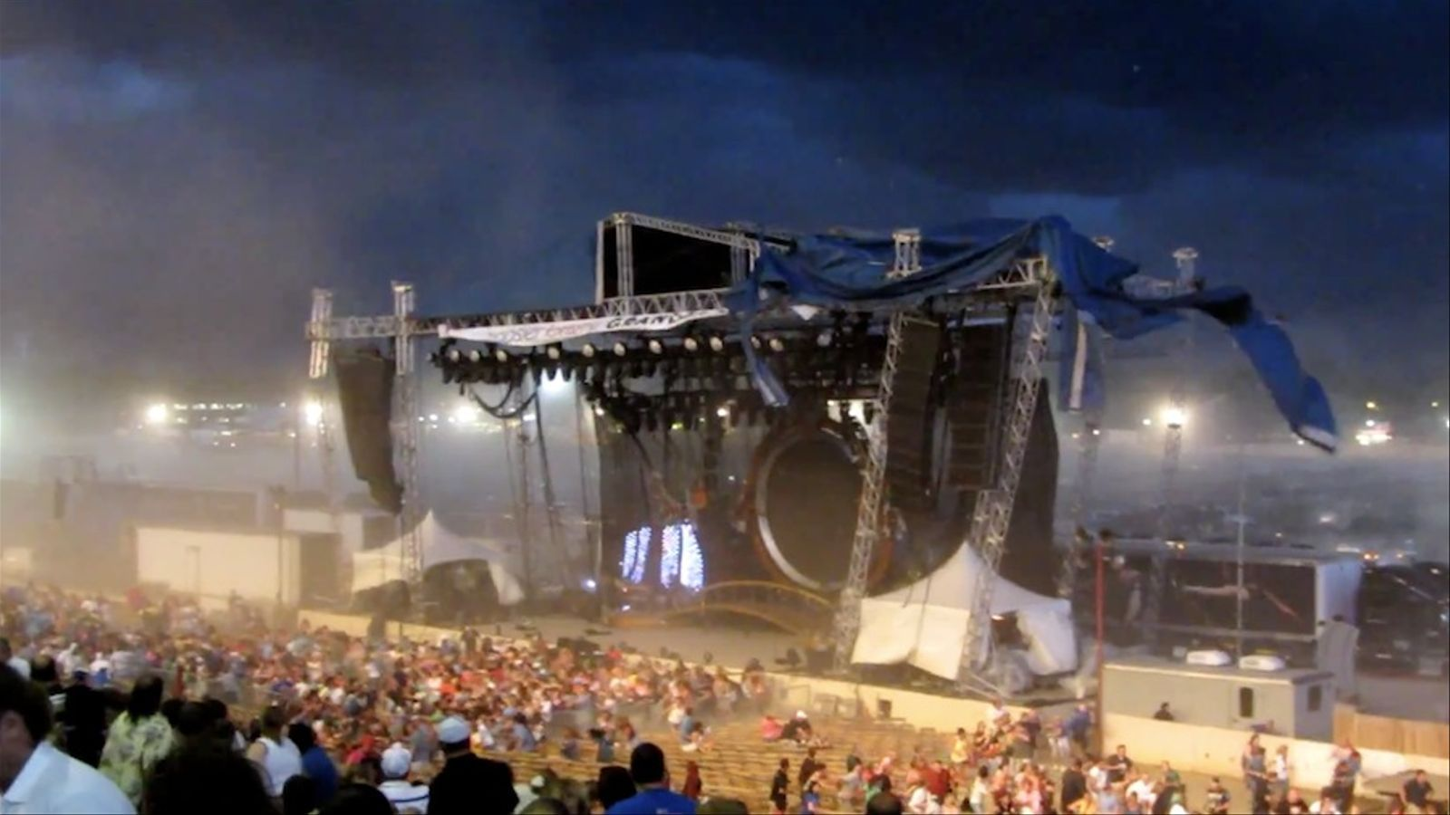 S'ensorra un escenari en un concert a Indianapolis