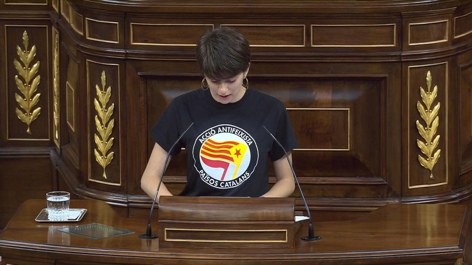 Marta Rosique, la diputada d'ERC que s'asseu a la mesa d'edat amb una samarreta antifeixista