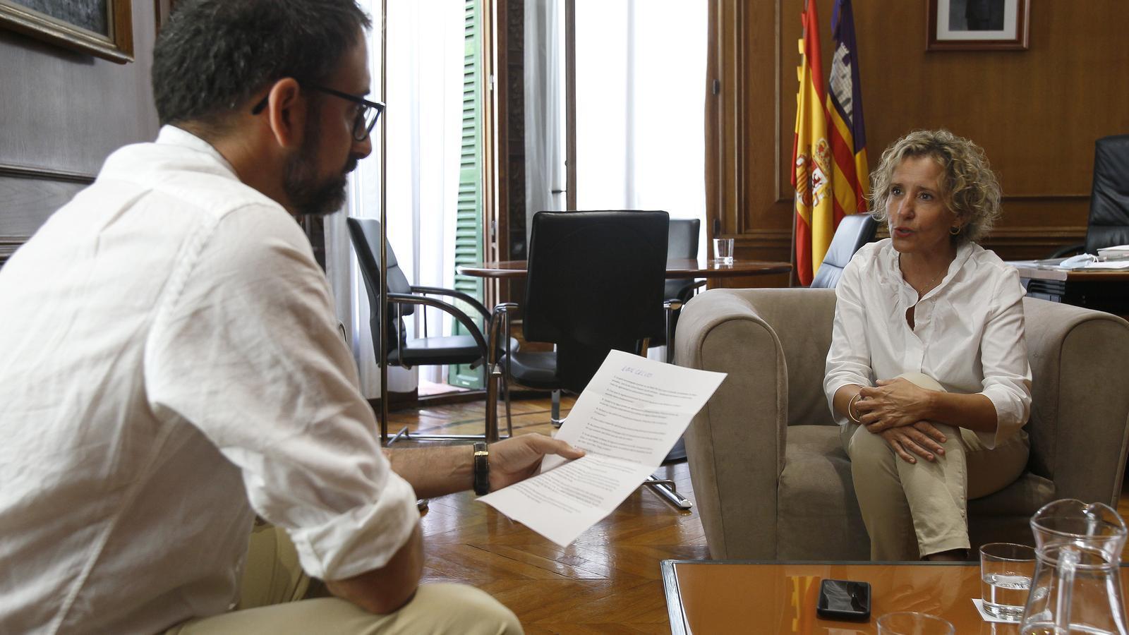 Aina Calvo, durant l'entrevista, al seu despatx de la seu de la Delegació del govern espanyol, a Palma.