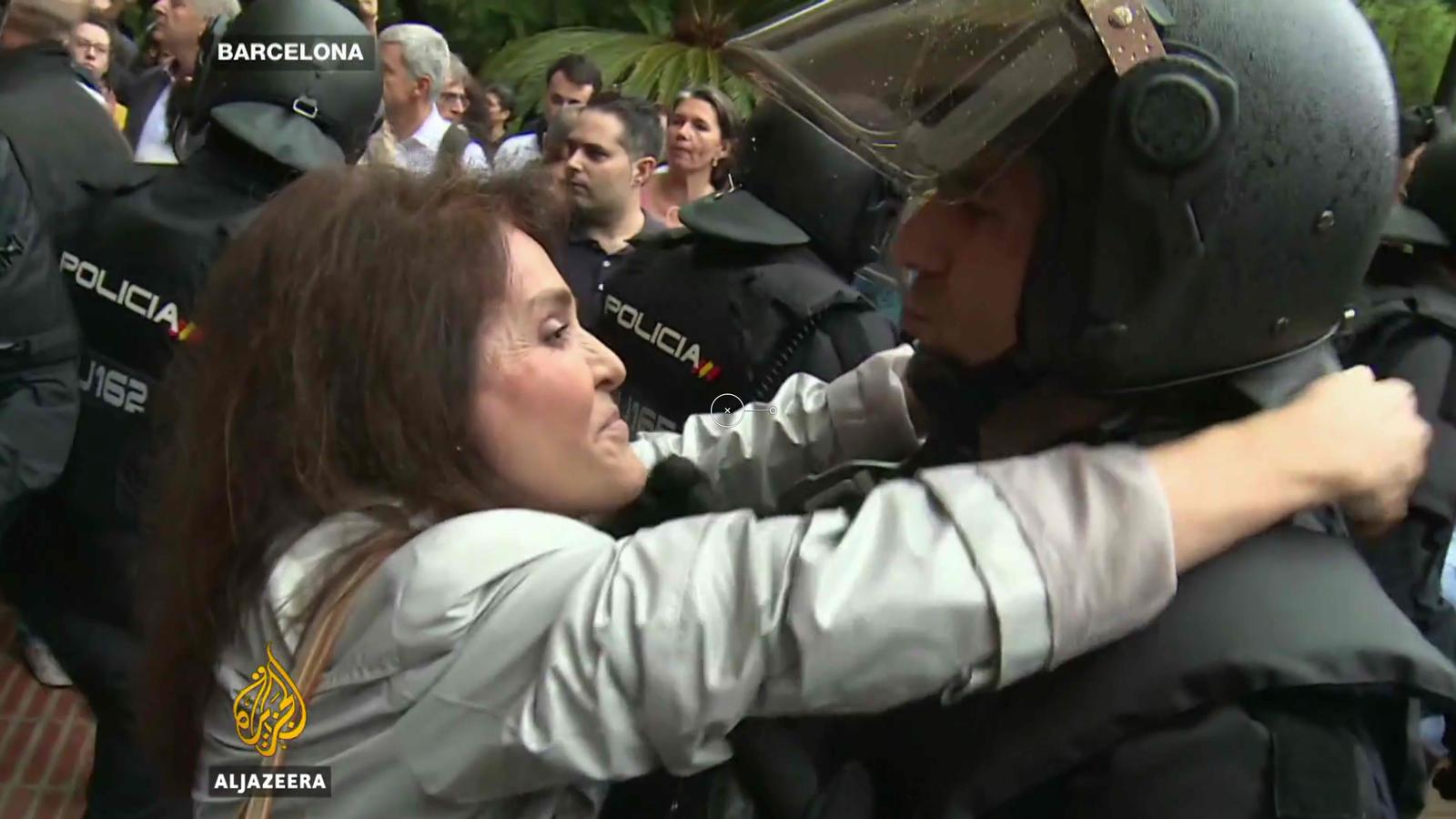 Una dona fa un petó a un policia