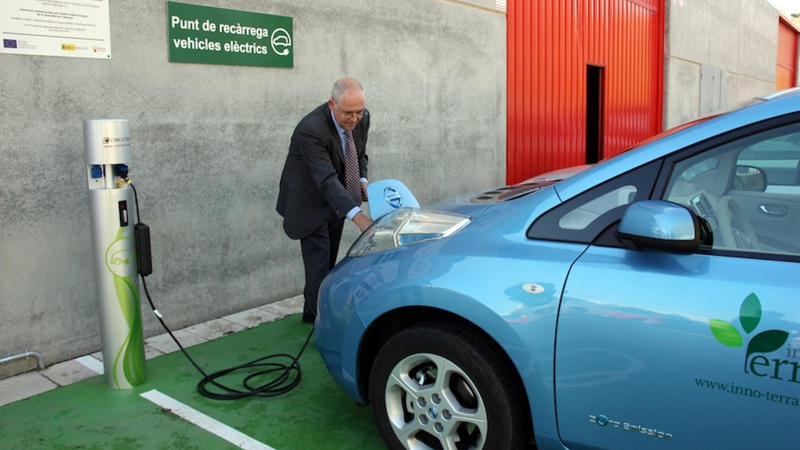 Un dels usuaris carrega el seu vehicle elèctric al punt de recàrrega de Sofos / ACN