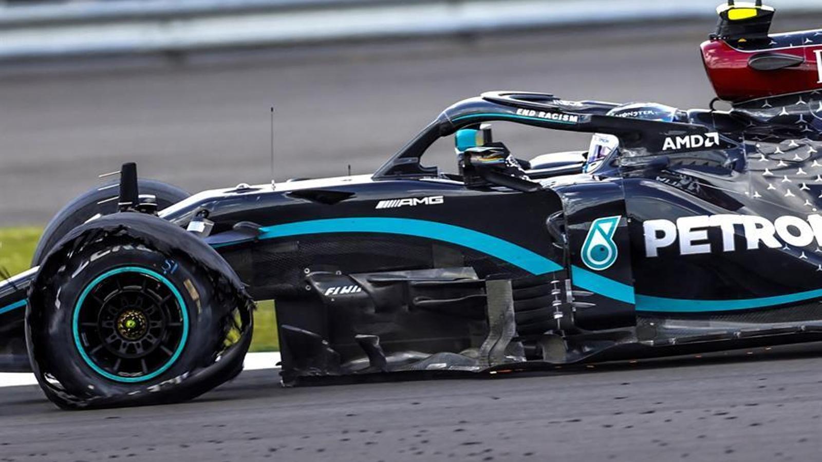 Lewis Hamilton guanya amb una roda del monoplaça punxada