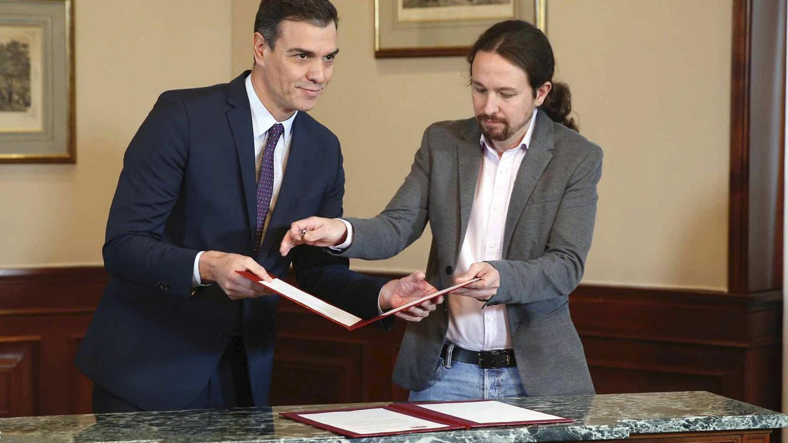 Sánchez i Iglesias signen un acord per governar en coalició i es prometen lleialtat per a tota la legislatura