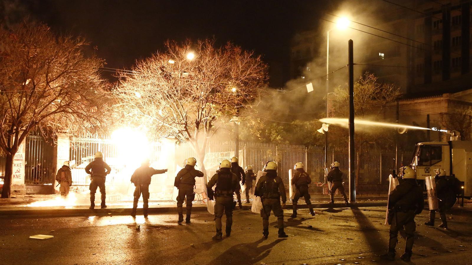Una imatge de la batalla campal a Atenes coincidint amb el 45è aniversari de l'aixecament universitari de 1973