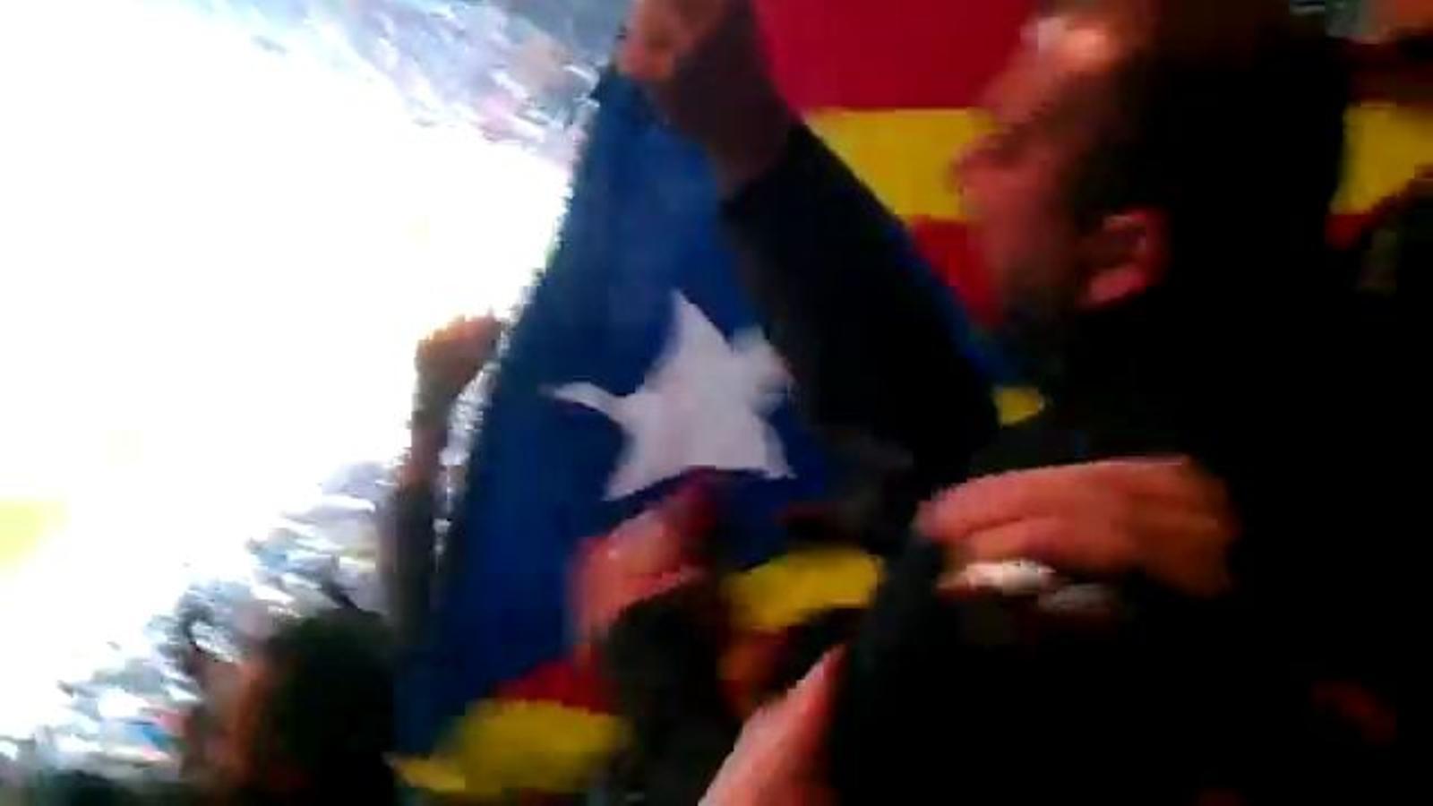Agents de la seguretat privada del Bernabéu requisen una estelada a un culer