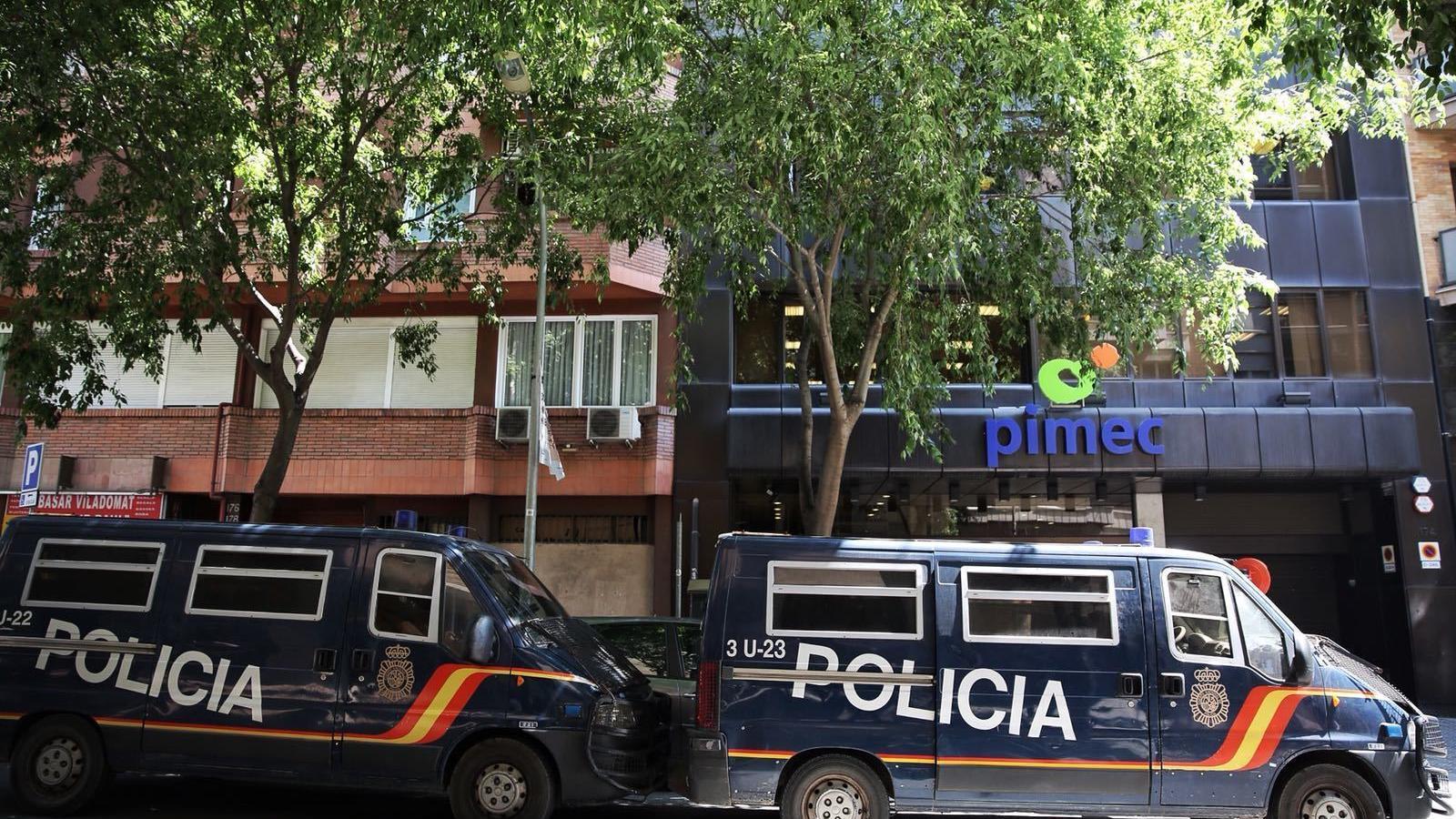 Dos furgons de la Policia Nacional davant de la seu de PIMEC aquest dijous