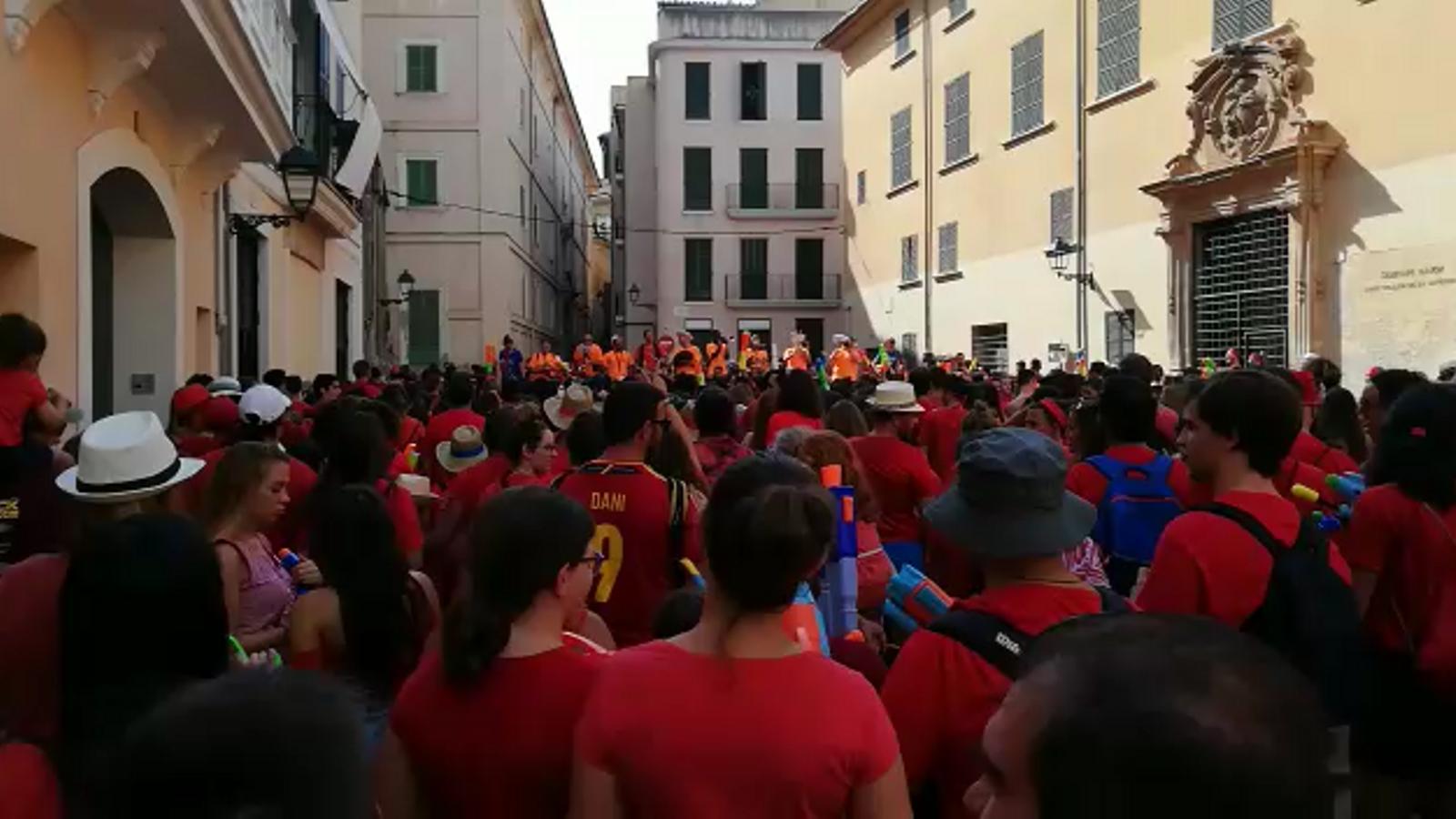 Sortida dels integrants del bàndol de Canamunt des de la plaça de Sant Jeroni