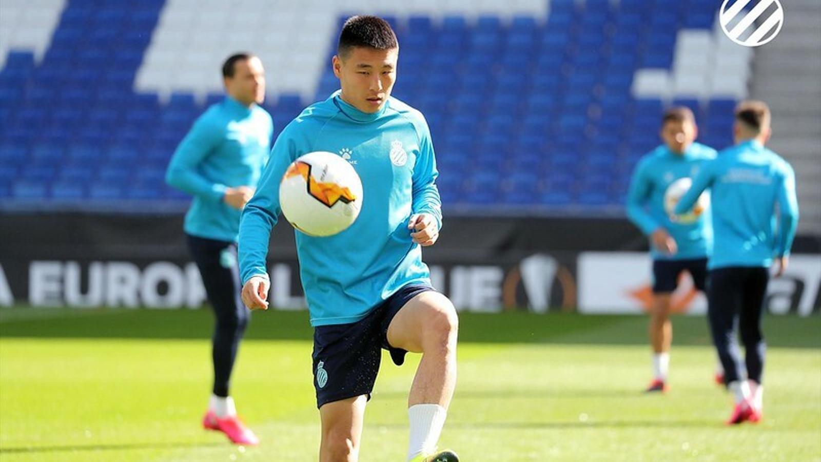 Wu Lei, durant l'entrenament previ al duel de tornada contra el Wolverhampton