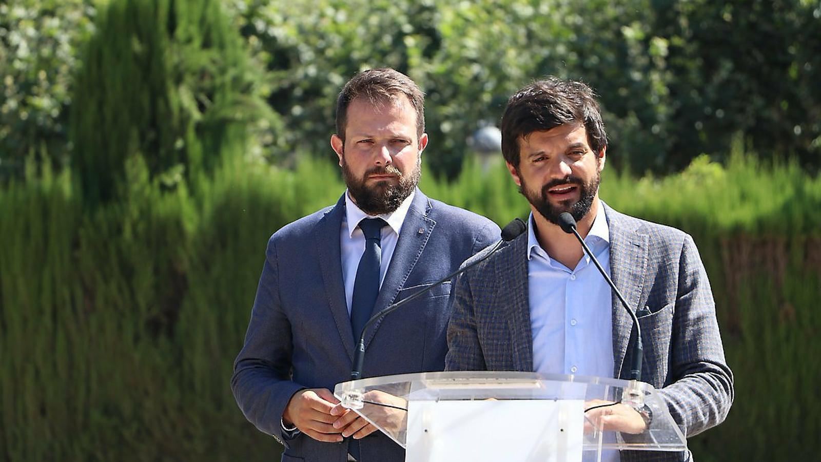 Gerard Figueras (a l'esquerra) i Gerard Esteva durant la presentació del text acordat de la nova llei de l'esport i l'activitat física.
