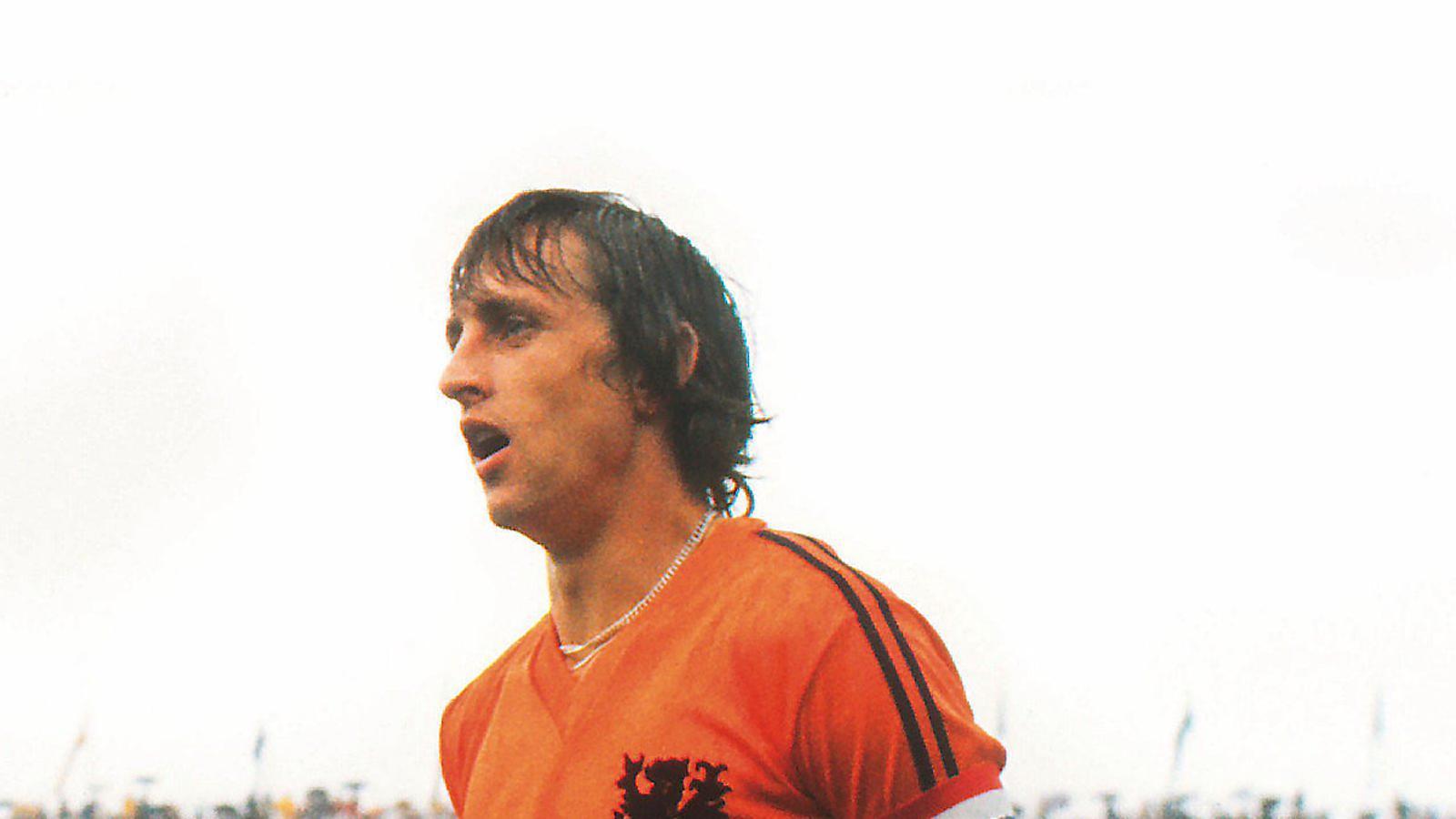Cruyff, amb la samarreta de la selecció holandesa amb només dues franges a la màniga en lloc de les tres franges de la peça oficial d'Adidas.