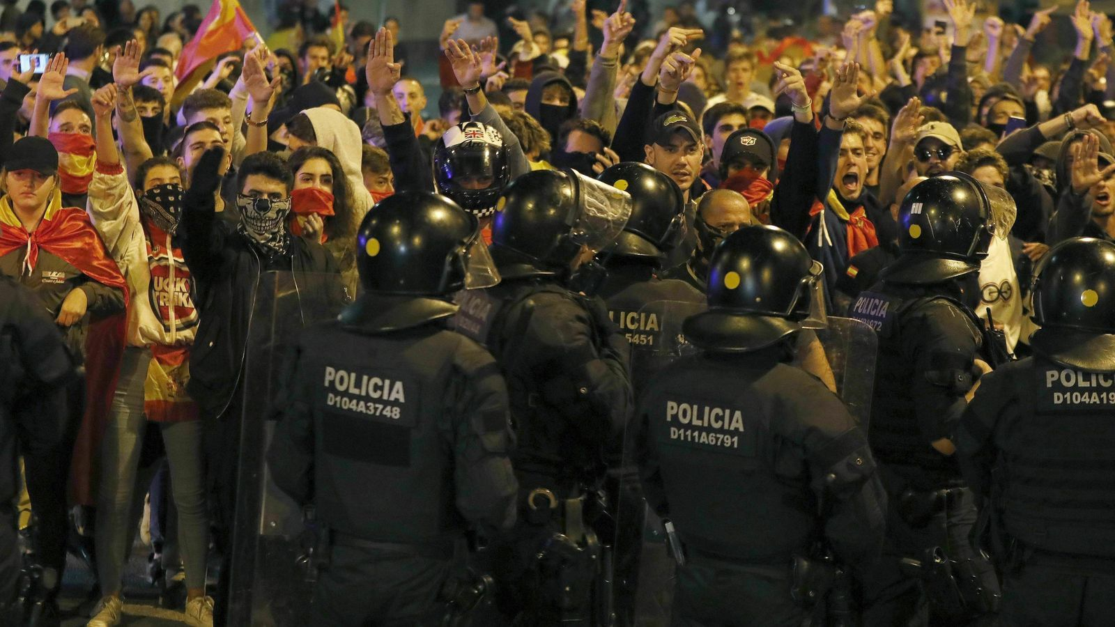El grup feixista en la manifestació d'aquest dijous a la plaça Artós de Barcelona