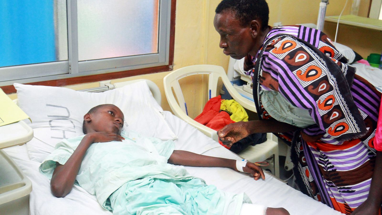 Un nen ferit en l'atac a Chakama rep la visita del seu pare a l'hospital on es recupera