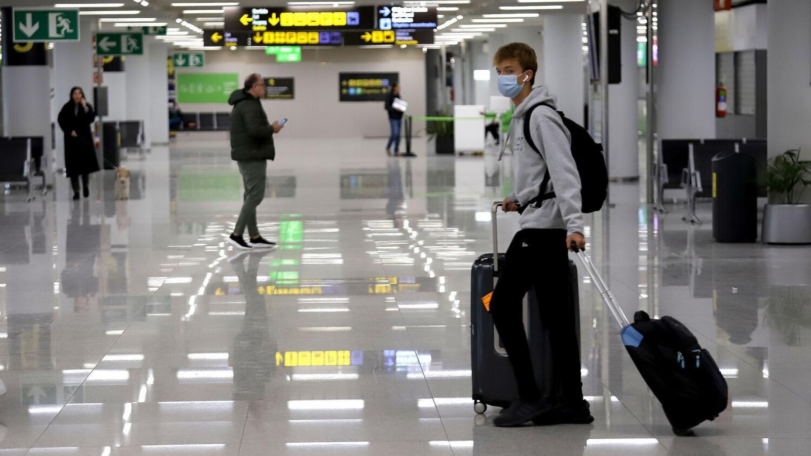 Viatgers dins l'aeroport de Palma