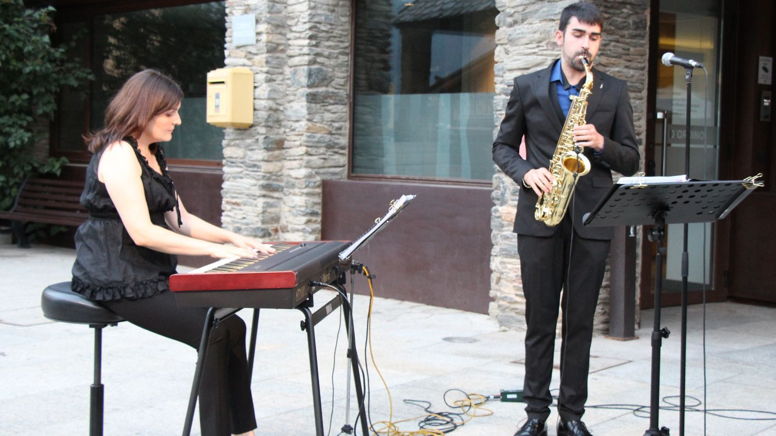 El saxofonista i vocalista Guillem Tudó, en companyia de la pianista Teresina Serra. / M. R. F. (ANA)