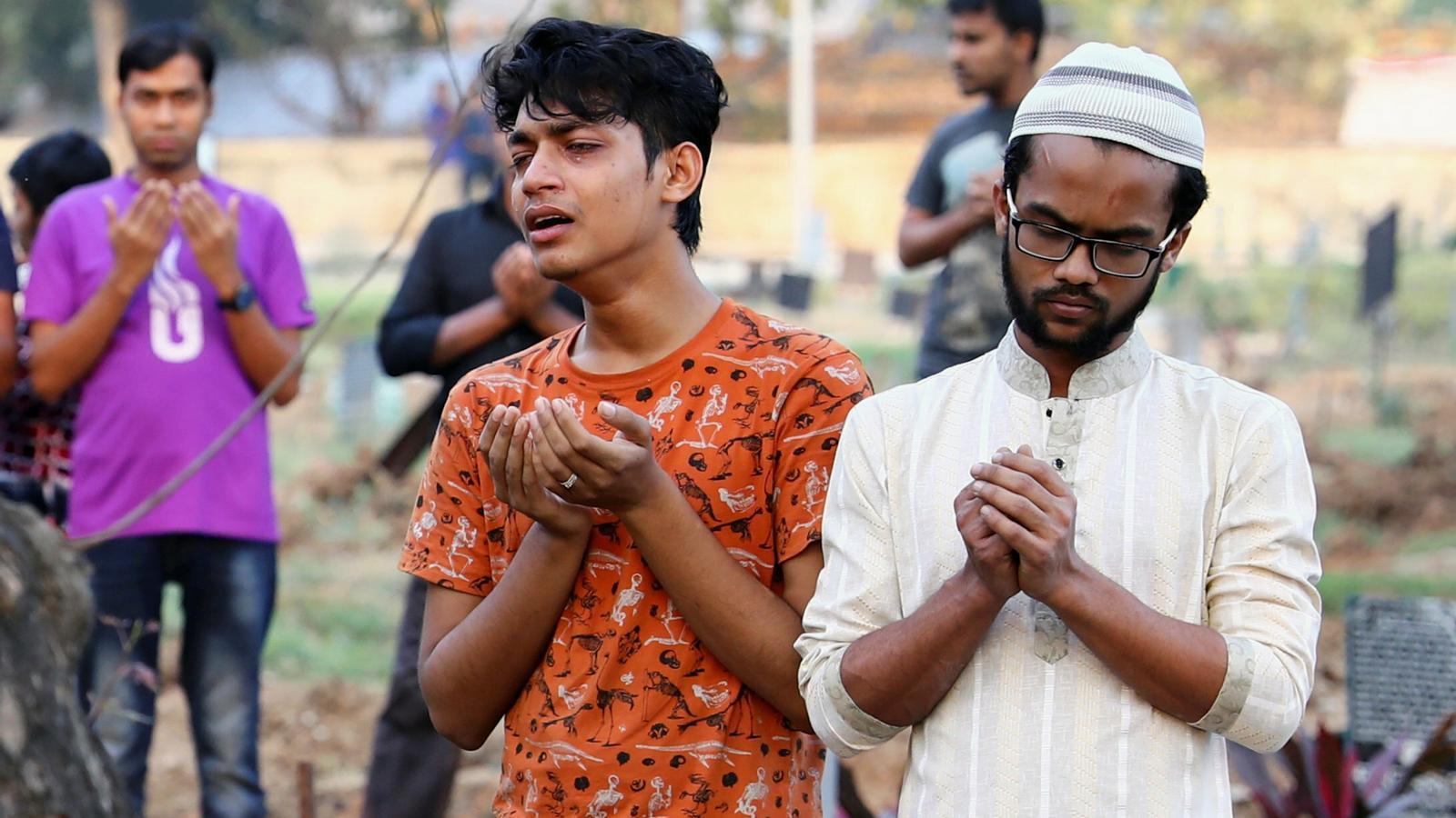 Familiars i amics pregant per les víctimes en una cerimònia que s'ha celebrat al centre de Dacca