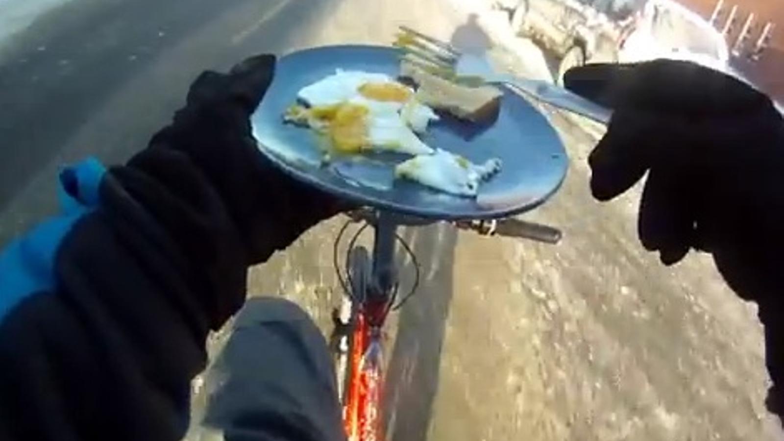 Un jove homenatja el seu pare amb un vídeo sobre viure en una bici