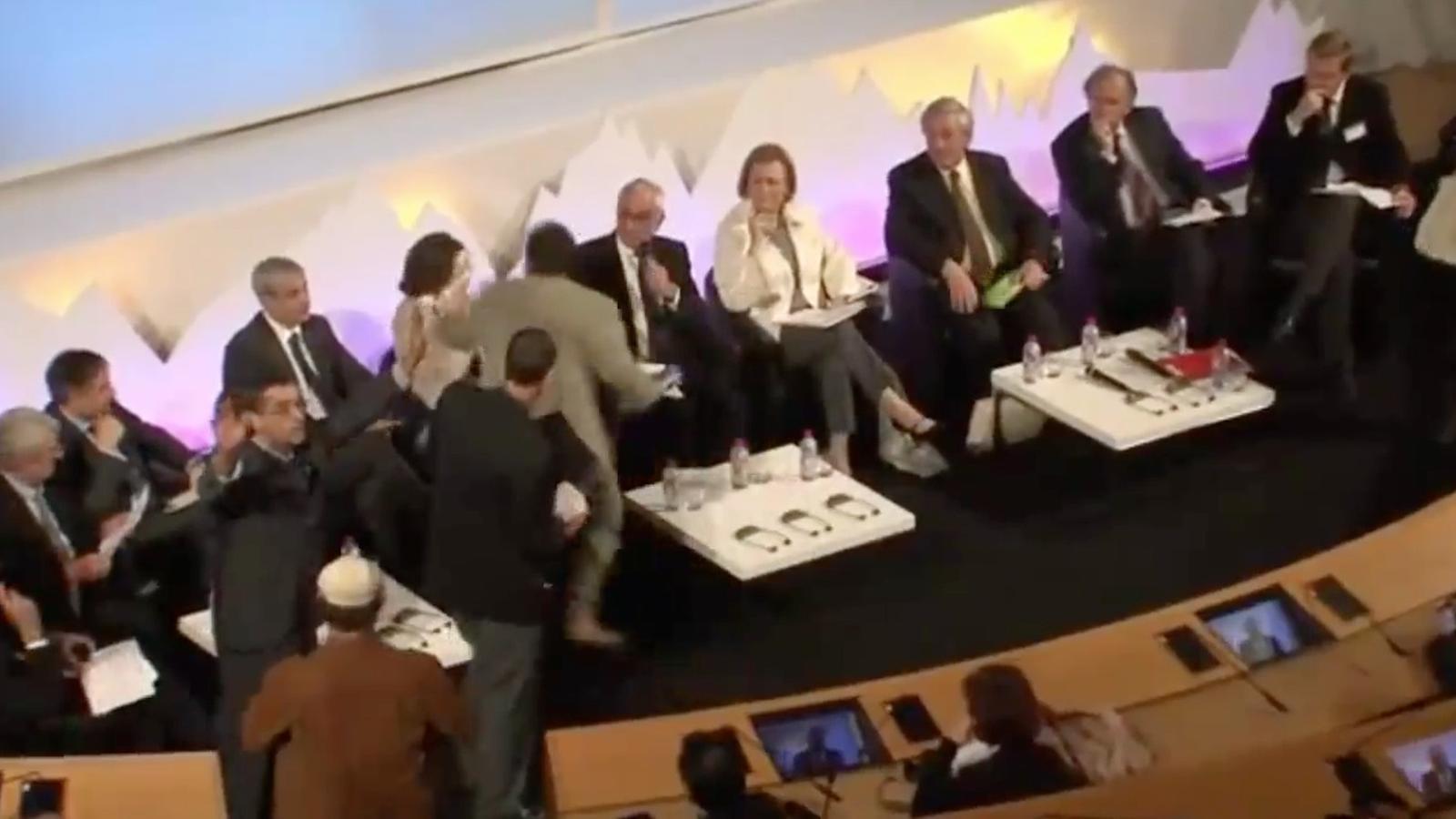 Opositors a l'AVE basc llancen pastissos a la presidenta de Navarra per mostrar el seu rebuig