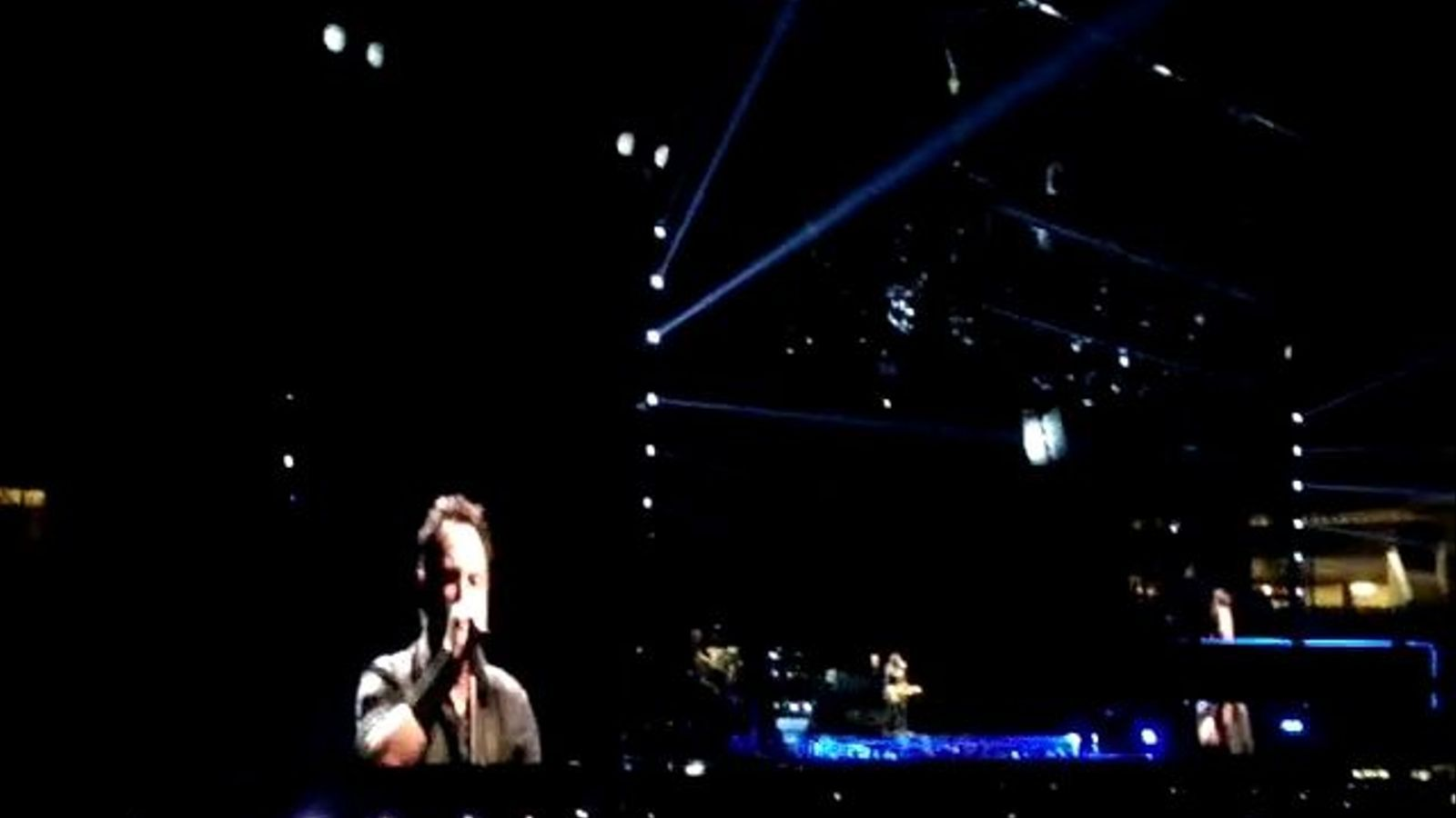 Bruce Springsteen interpreta 'We take care of our own'