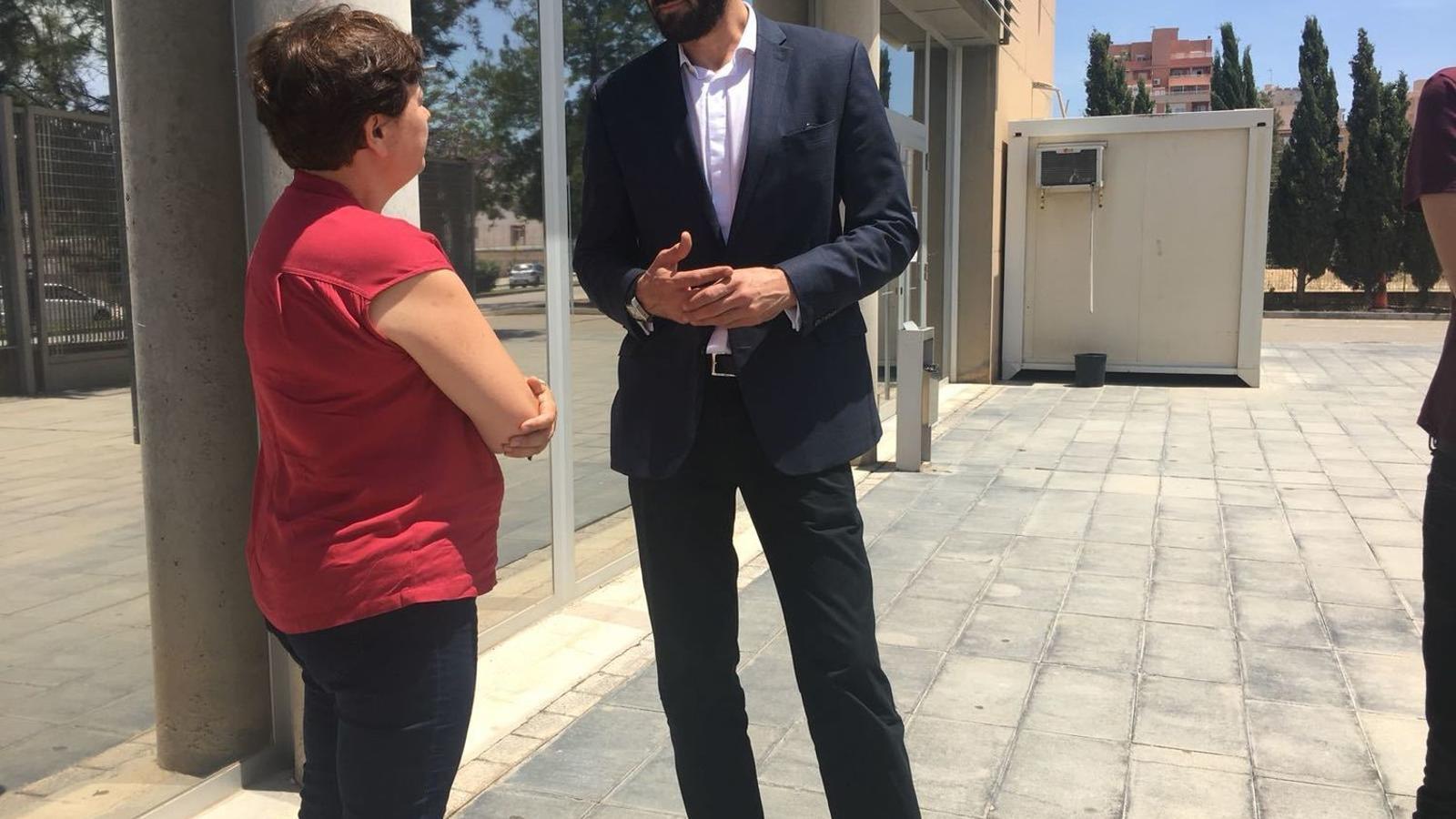 El president de la FEB, Jorge Garbajosa conversa amb La regidora d'Educació i Esports, Susanna Moll,