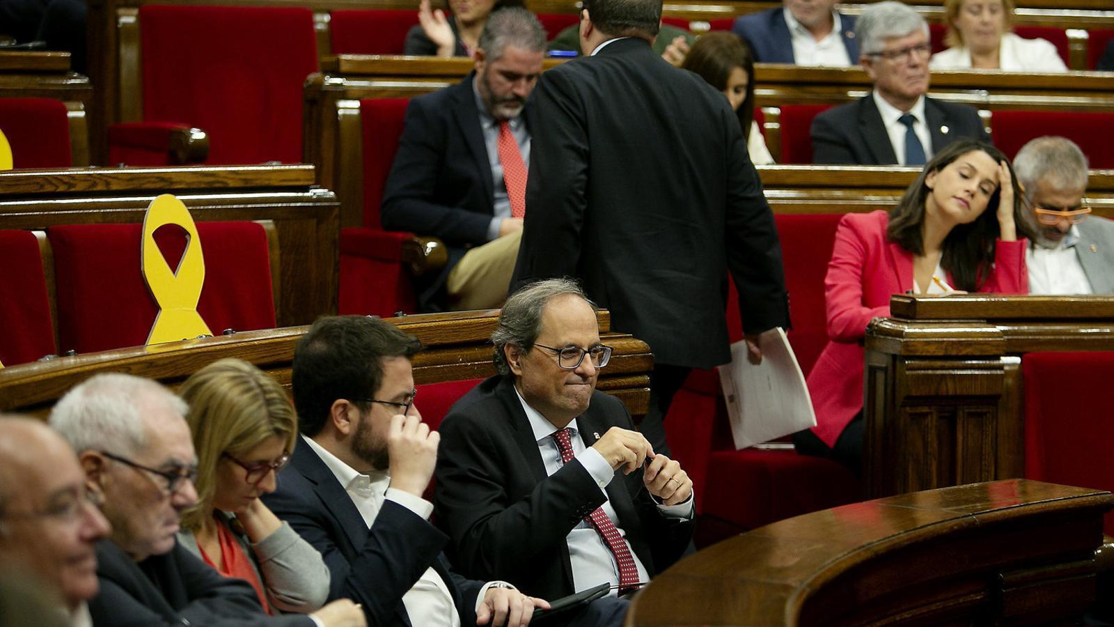 Miquel Iceta deixant enrere Quim Torra i Pere Aragonès mentre camina cap al seu escó, en una imatge d'arxiu a l'hemicicle del Parlament.