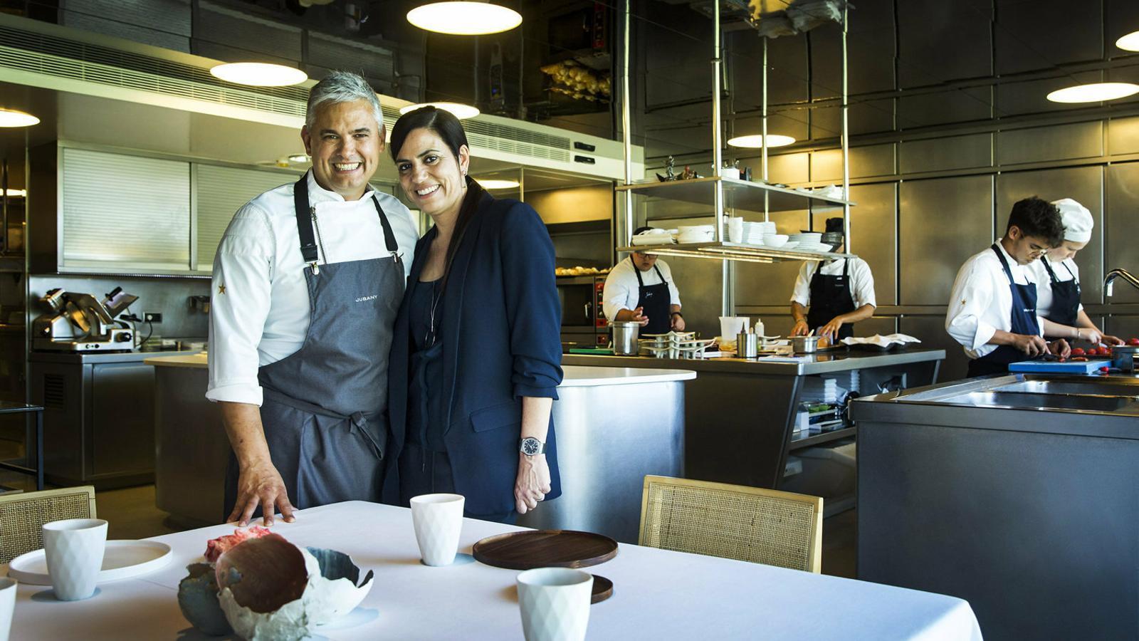 Nandu Jubany i Anna Orte fotografiats entre els fogons de Can Jubany, un dels grans referents de la cuina catalana actual.